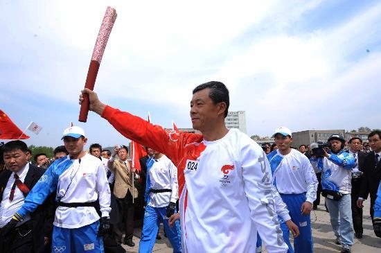 图文-北京奥运会火炬在平壤传递 驻朝大使刘晓明