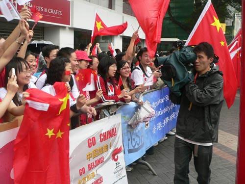 图文-北京奥运会圣火在香港传递 现场国旗招展