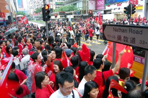 图文-北京奥运会圣火在香港传递 道路两旁挤满观众