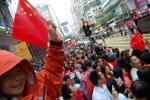 图文-北京奥运会圣火在香港传递 小朋友高举国旗