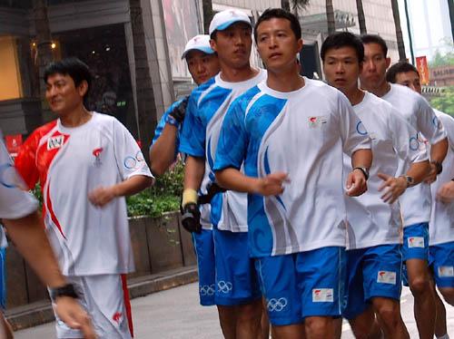 图文-北京奥运会圣火在香港传递 刘德华传递圣火