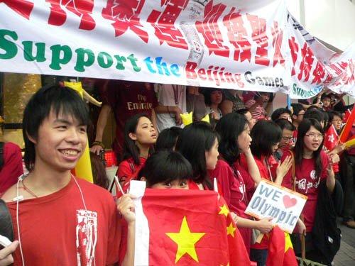 图文-北京奥运圣火在香港传递 香港同胞的爱国心
