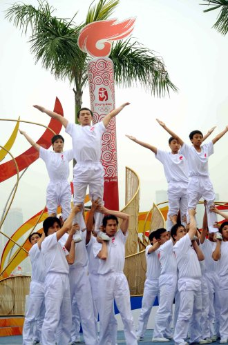 """图文-北京奥运圣火在香港传递 与圣火同""""飞翔"""""""