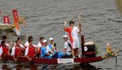 图文-北京奥运圣火在香港传递 施幸余向大家挥手
