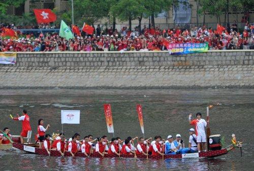 图文-北京奥运圣火在香港传递 龙舟传递有新意