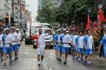 图文-北京奥运圣火在香港传递 火炬手陈少棠挥手