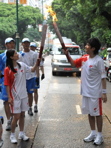 图文-北京奥运圣火在香港传递 古巨基赵�贤交接