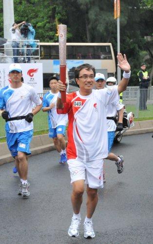 图文-北京奥运圣火在香港传递 火炬手郭伯钧传递
