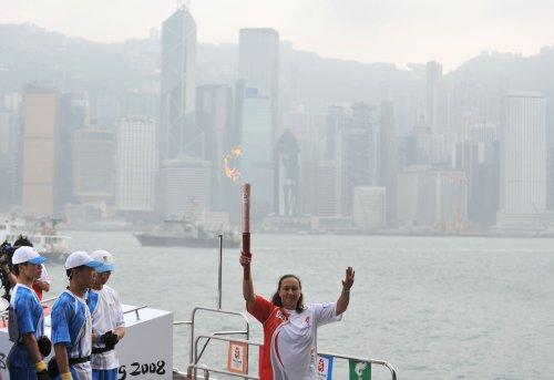 图文-北京奥运圣火在香港传递 吴家乐高举火炬
