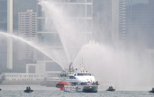 图文-北京奥运圣火在香港传递 火炬手乘船传递