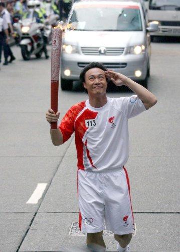 图文-北京奥运圣火在香港传递 陈奕迅顽皮敬礼