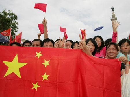 图文-奥运圣火在澳门传递 群众热情如国旗般红火