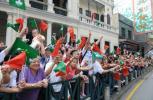 图文-奥运圣火在澳门传递 澳门民众沿街助威传递