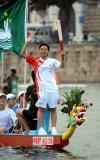 图文-奥运圣火在澳门传递彭芷珊在龙舟上进行传递