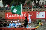 图文-奥运圣火在澳门传递 别开生面的龙舟传递