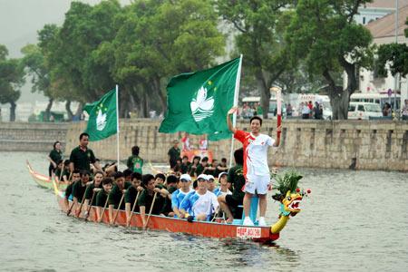 图文-奥运圣火在澳门传递 向岸边的群众挥手致意