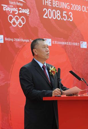 图文-奥运圣火在澳门传递 何厚铧发表讲话祝福奥运