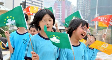 图文-奥运圣火在澳门传递 澳门小朋友感受奥运魅力