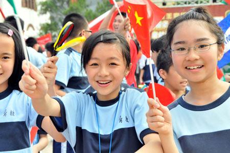 图文-奥运圣火在澳门传递 孩子是奥林匹克的未来