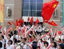 图文-奥运圣火在澳门传递 观众热情挥舞五星红旗