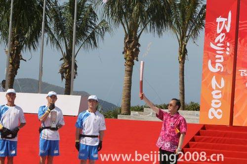 图文-奥运圣火三亚传递仪式 刘敬民展示火炬