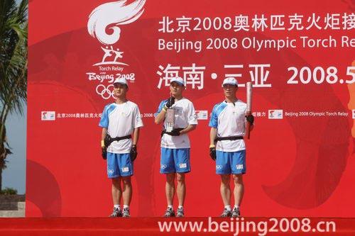 图文-奥运圣火三亚起跑仪式 工作人员展示火种灯