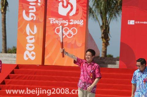 图文-奥运圣火三亚起跑仪式 罗保铭展示火炬