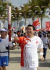 图文-北京奥运圣火在三亚传递 三亚市市长陆志远