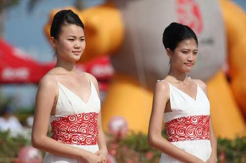 图文-北京奥运圣火三亚起跑仪式 礼仪服装设计新颖