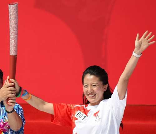 图文-北京奥运圣火三亚起跑仪式 杨扬自豪第一棒