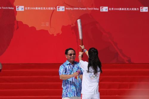 图文-北京奥运圣火在三亚传递 杨扬接过点燃的火炬