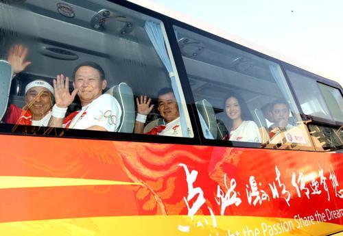 图文-北京奥运圣火在三亚传递 火炬手踏上专车