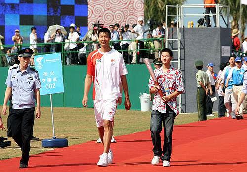 """图文-北京奥运圣火在三亚传递 易建联""""走红毯"""""""