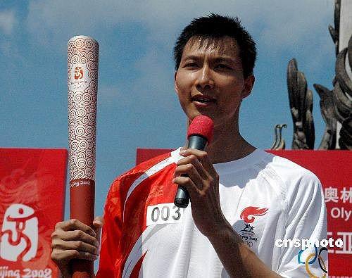 图文-北京奥运圣火在三亚传递 阿联祝福北京奥运