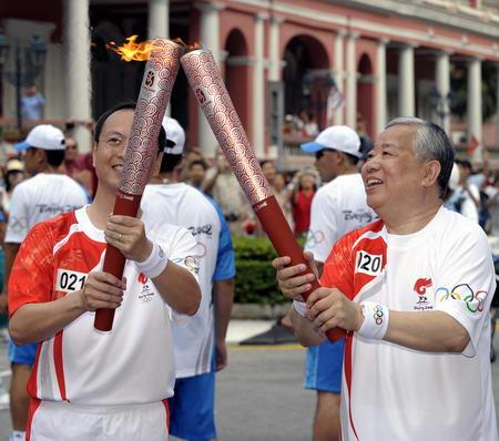 图文-奥运圣火在澳门传递 顺利交接完成任务