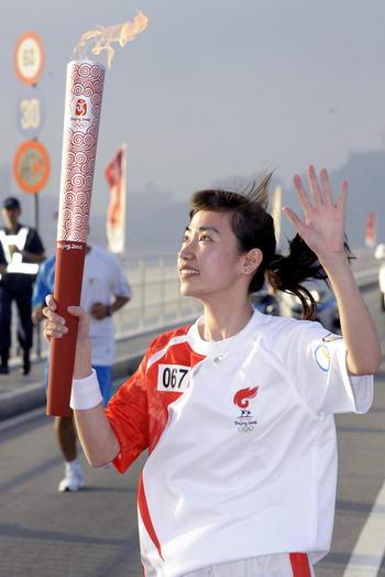 图文-奥运圣火在澳门传递 李咏诗露出灿烂笑容