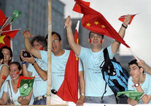 图文-奥运圣火在澳门传递 外国友人为北京加油