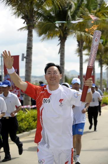 图文-北京奥运会火炬在三亚传递 于旭波传递火炬