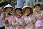 图文-2008年奥运会火炬在三亚传递 三亚群众迎圣火