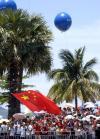 图文-北京奥运会火炬在三亚传递 巨型蓝色气球