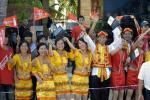图文-北京奥运圣火在三亚传递 金黄色民族服装