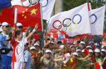 图文-北京奥运会火炬在海南琼海传递 五环旗迎风飘