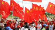 图文-2008年奥运会火炬在海口传递 五星红旗飘扬