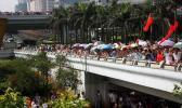 图文-2008年奥运会火炬在海口传递 群众在桥上观看
