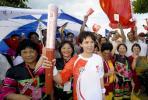 图文-2008年奥运会火炬在海口传递 陈约琴风采照人