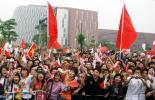 图文-北京奥运圣火在广州传递 市民热情引爆全场