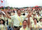 图文-北京奥运圣火在广州传递 现场群众兴奋不已