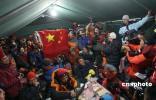 图文-北京奥运圣火成功登顶珠峰 大本营欢庆登顶