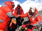 图文-圣火珠峰登顶道路修建完成 小其米与队友庆祝
