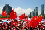 图文-北京奥运圣火在深圳传递 高楼映衬深圳发展